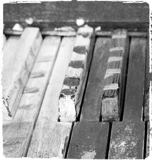 Piano aux touches peintes, gros plan noir et blanc | Painted piano keys, close-up, black and white