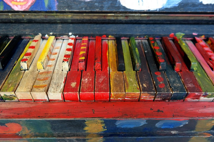 Piano aux touches peintes de diverses couleurs | Piano with multicolour keys